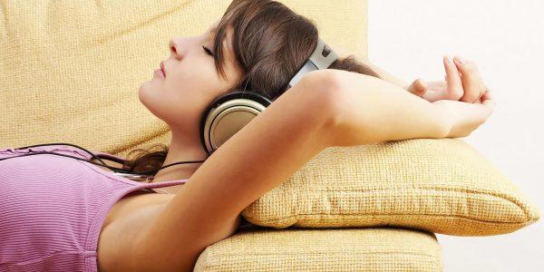 7036357-girl-listen-music
